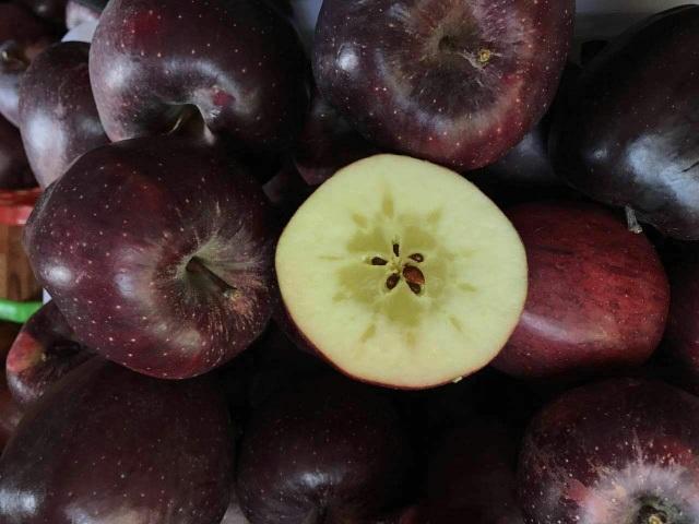 Quả táo đen xì đen xịt độc, lạ, ngon, bổ giá gần nửa triệu mỗi quả - 8