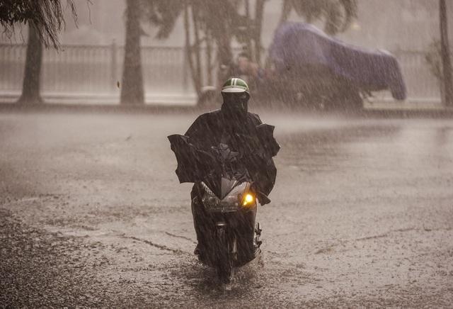 Mưa lớn, gió giật đúng giờ tan tầm, người dân chật vật tìm đường về nhà - 1
