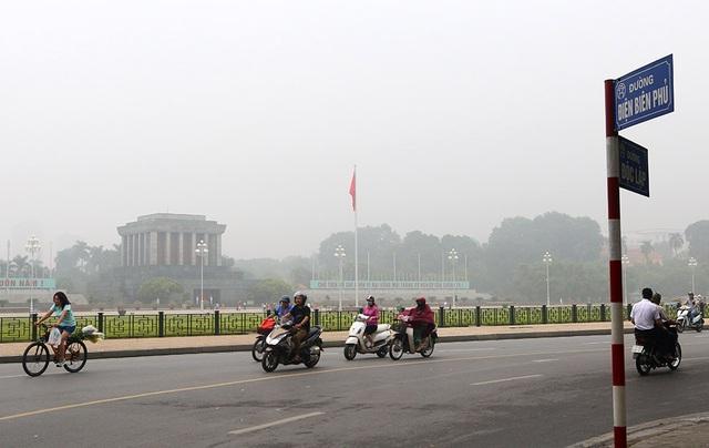 Gần trưa, Hà Nội vẫn chìm trong sương mù dày đặc - 1