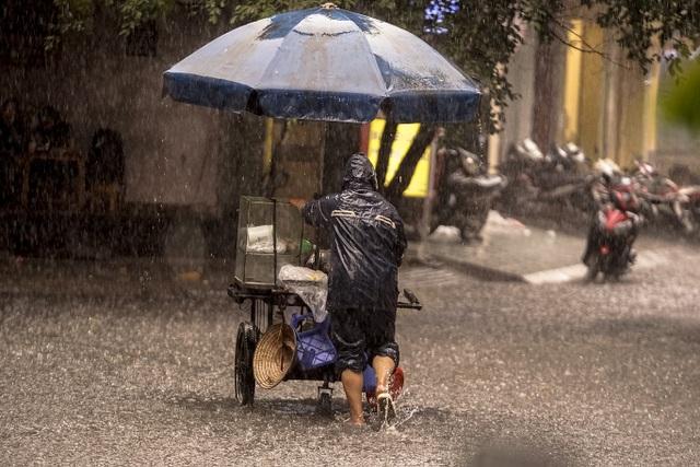 Mưa lớn, gió giật đúng giờ tan tầm, người dân chật vật tìm đường về nhà - 10