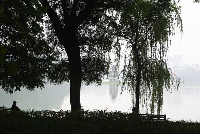 Gần trưa, Hà Nội vẫn chìm trong sương mù dày đặc - 11