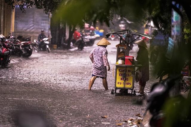Mưa lớn, gió giật đúng giờ tan tầm, người dân chật vật tìm đường về nhà - 11