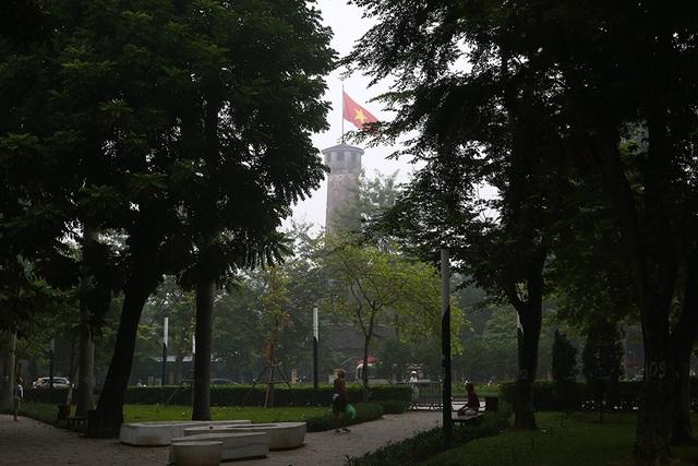 Gần trưa, Hà Nội vẫn chìm trong sương mù dày đặc - 13