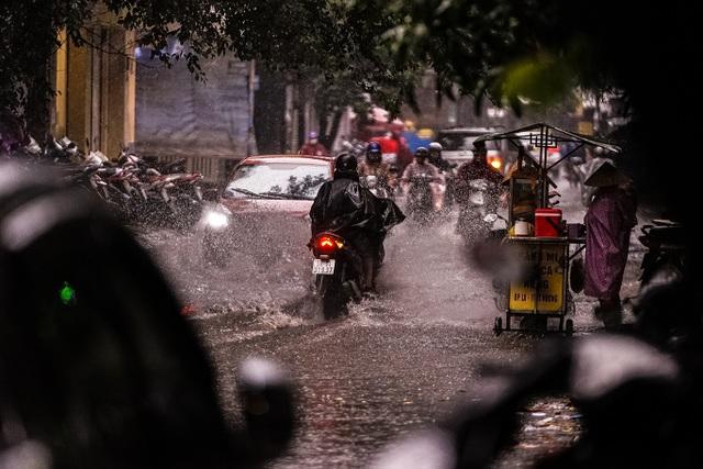 Mưa lớn, gió giật đúng giờ tan tầm, người dân chật vật tìm đường về nhà - 13