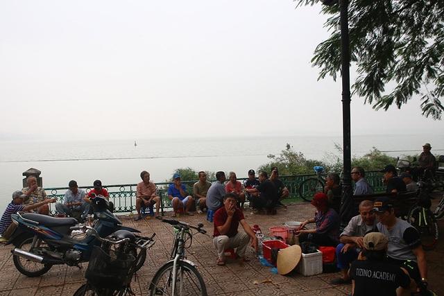 Gần trưa, Hà Nội vẫn chìm trong sương mù dày đặc - 6