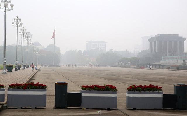 Gần trưa, Hà Nội vẫn chìm trong sương mù dày đặc - 2
