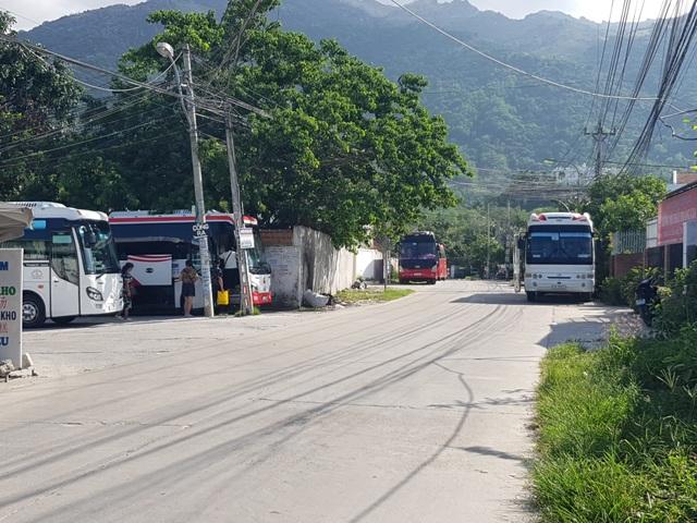"""Nha Trang: Dân khóc vì xe du lịch chở khách Trung Quốc """"ồ ạt"""" đi vào đường quê - 1"""