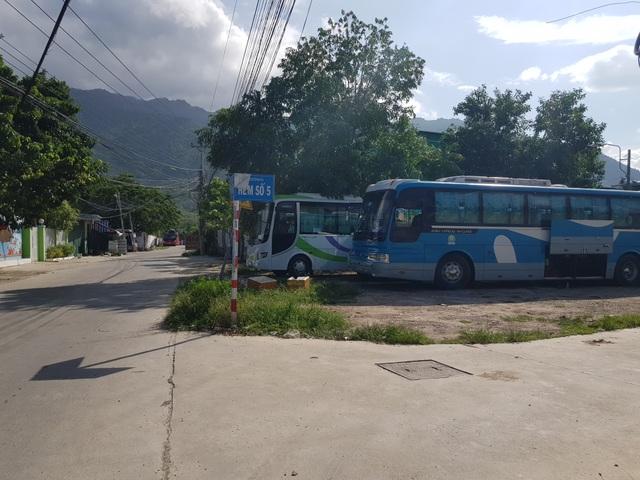 """Nha Trang: Dân khóc vì xe du lịch chở khách Trung Quốc """"ồ ạt"""" đi vào đường quê - 3"""