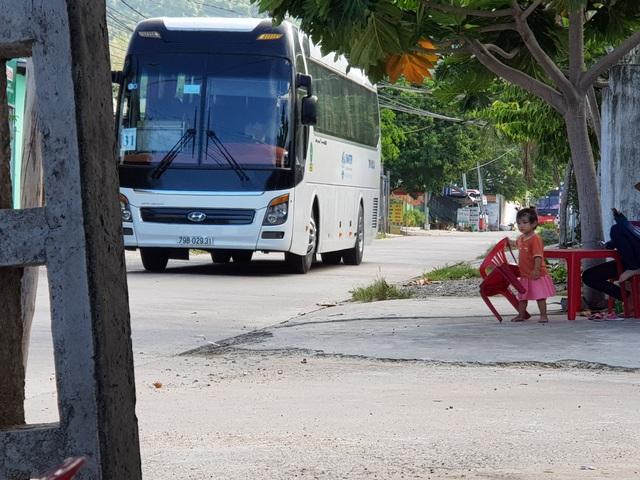 """Nha Trang: Dân khóc vì xe du lịch chở khách Trung Quốc """"ồ ạt"""" đi vào đường quê - 2"""