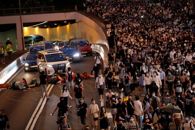 Người biểu tình Hong Kong đổ ra đường phản đối lệnh cấm che mặt - 1