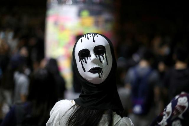 Người biểu tình Hong Kong đổ ra đường phản đối lệnh cấm che mặt - 2