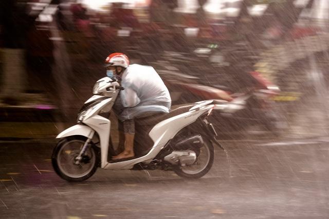 Mưa lớn, gió giật đúng giờ tan tầm, người dân chật vật tìm đường về nhà - 3
