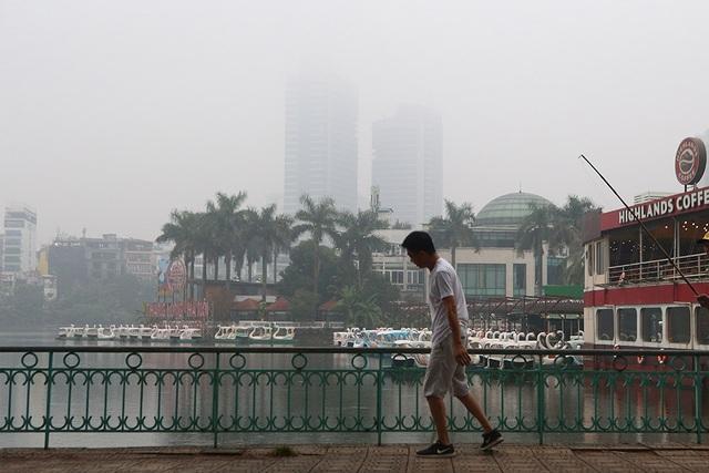 Gần trưa, Hà Nội vẫn chìm trong sương mù dày đặc - 3