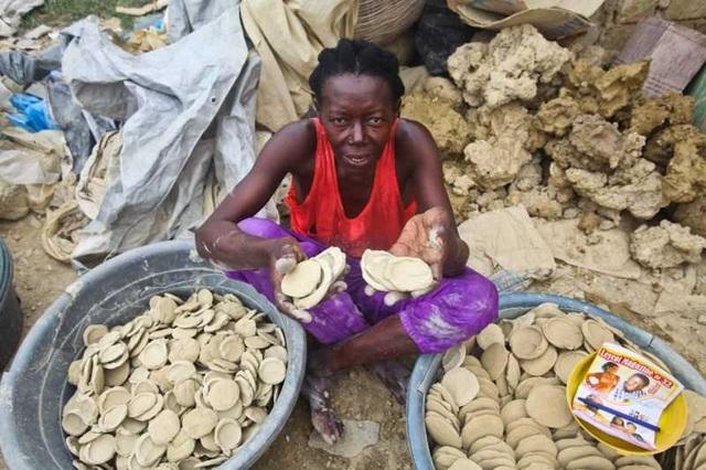 Câu chuyện buồn về bánh làm từ bùn – Món ăn cứu sống nhiều dân nghèo - 2