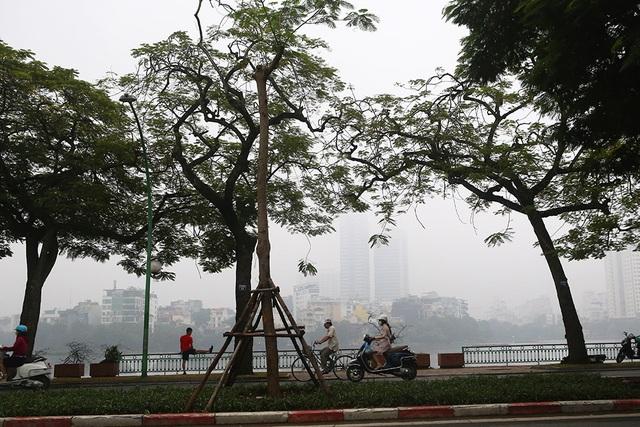 Gần trưa, Hà Nội vẫn chìm trong sương mù dày đặc - 4