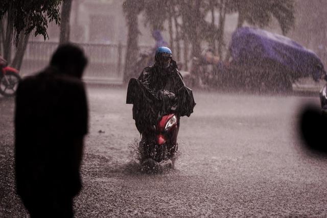 Mưa lớn, gió giật đúng giờ tan tầm, người dân chật vật tìm đường về nhà - 5