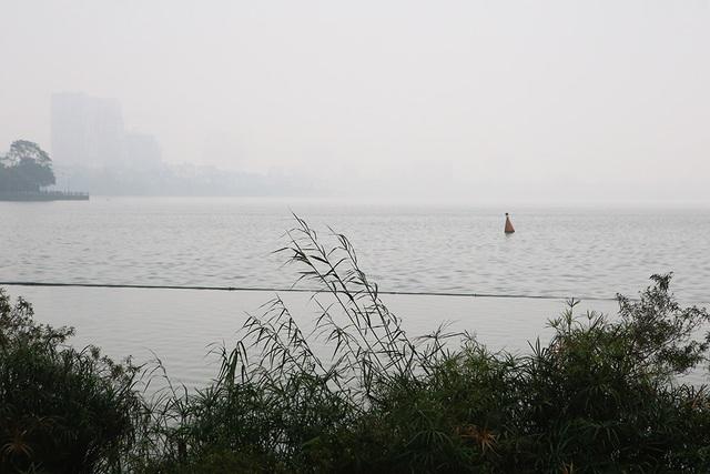 Gần trưa, Hà Nội vẫn chìm trong sương mù dày đặc - 5
