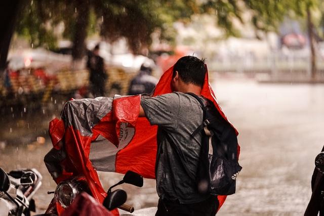 Mưa lớn, gió giật đúng giờ tan tầm, người dân chật vật tìm đường về nhà - 6