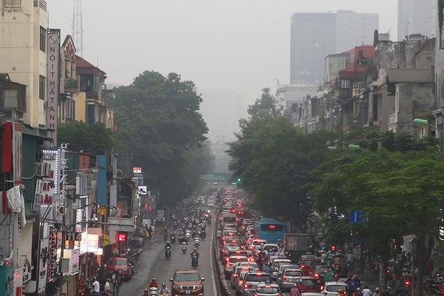 Gần trưa, Hà Nội vẫn chìm trong sương mù dày đặc - 7
