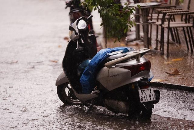 Mưa lớn, gió giật đúng giờ tan tầm, người dân chật vật tìm đường về nhà - 7