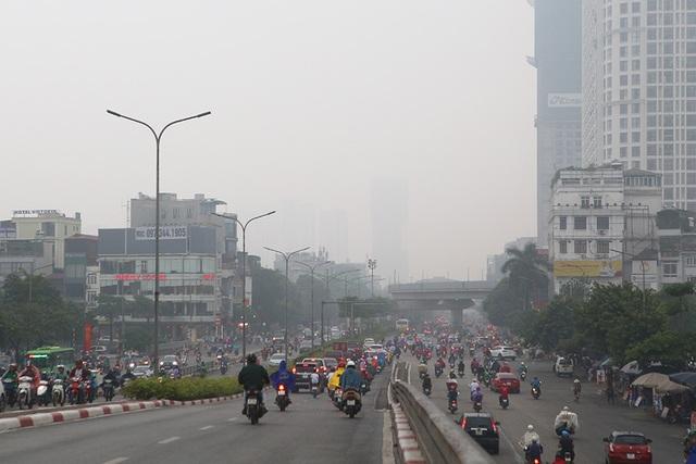 Gần trưa, Hà Nội vẫn chìm trong sương mù dày đặc - 8