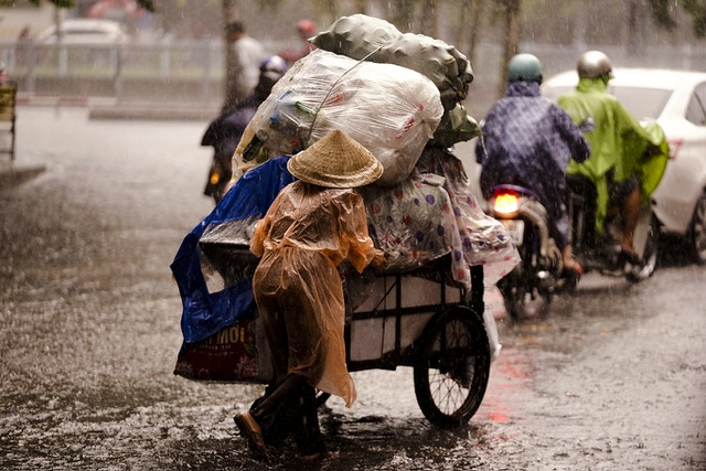 Mưa lớn, gió giật đúng giờ tan tầm, người dân chật vật tìm đường về nhà - 8
