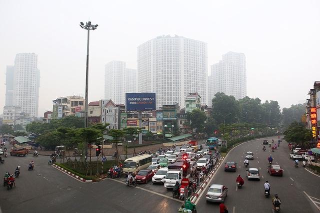 Gần trưa, Hà Nội vẫn chìm trong sương mù dày đặc - 9