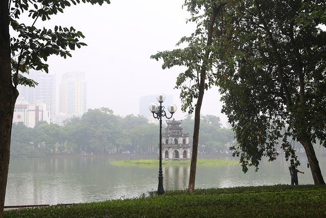 Gần trưa, Hà Nội vẫn chìm trong sương mù dày đặc - 10