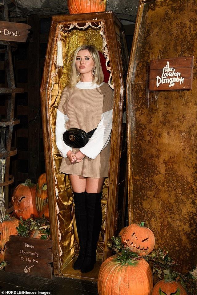 Amy Hart gợi cảm với váy ôm sát - 8