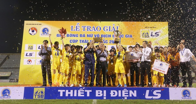 TPHCM chính thức nâng cúp tại giải bóng đá nữ vô địch quốc gia 2019 - 1