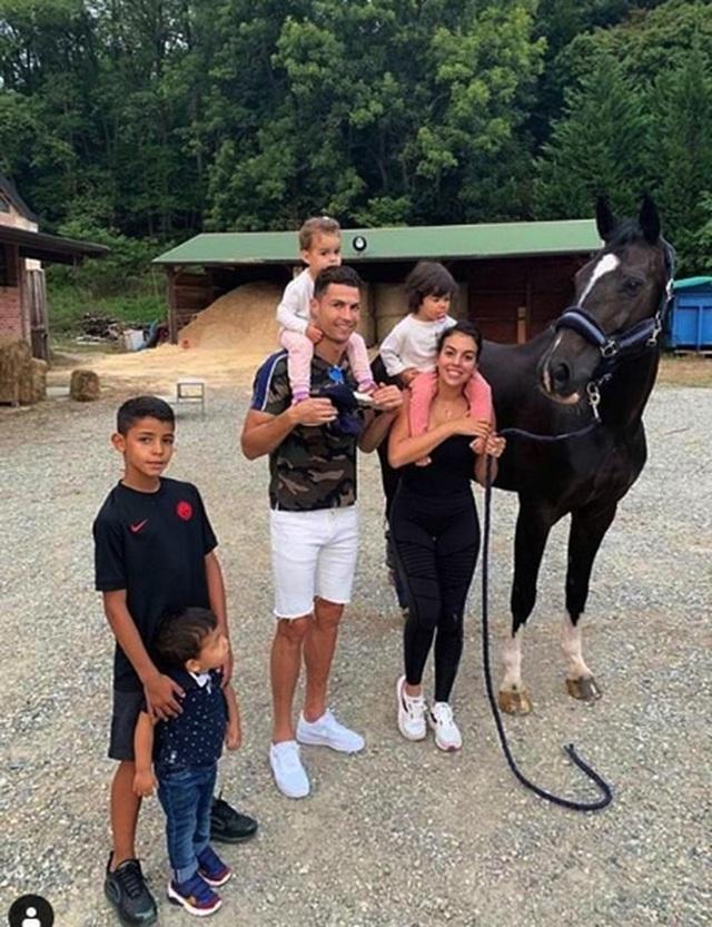 C.Ronaldo lộ ảnh hẹn hò ngọt ngào cùng cô bạn gái xinh đẹp - 4