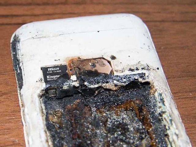 Vừa sạc pin vừa sử dụng điện thoại - Thói quen chết người - 3