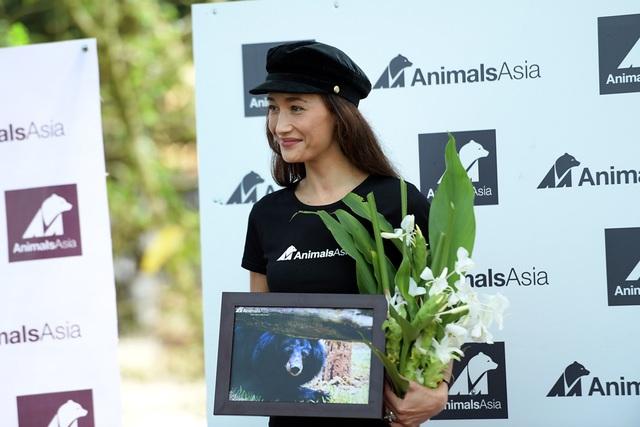 Minh tinh Maggie Q thăm mộ một con gấu ở Tam Đảo - 10