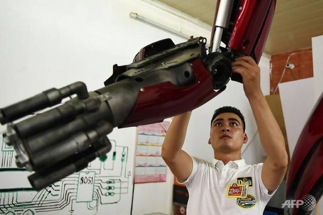 Báo nước ngoài viết về nhóm kỹ sư trẻ Việt Nam làm robot từ phế liệu - 2