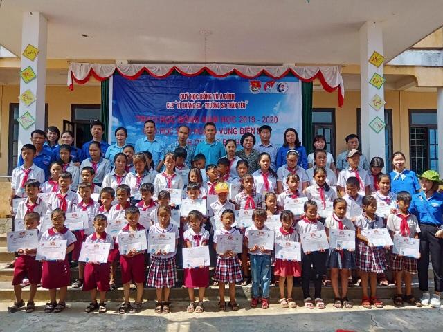 Trao học bổng Vừ A Dính cho học sinh nghèo, dân tộc thiểu số Quảng Bình - 1