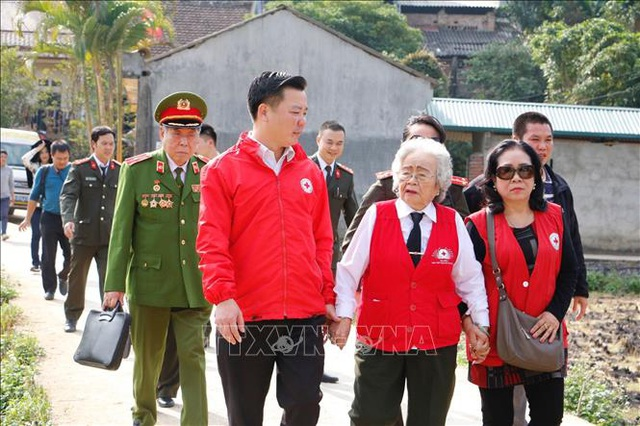 Người phụ nữ gần 90 tuổi vẫn miệt mài với những chuyến đi thiện nguyện - 1