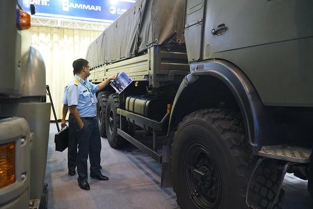 Tận mắt mẫu xe chuyên chở thiết giáp, tên lửa hiện đại hàng đầu ở Hà Nội - 4