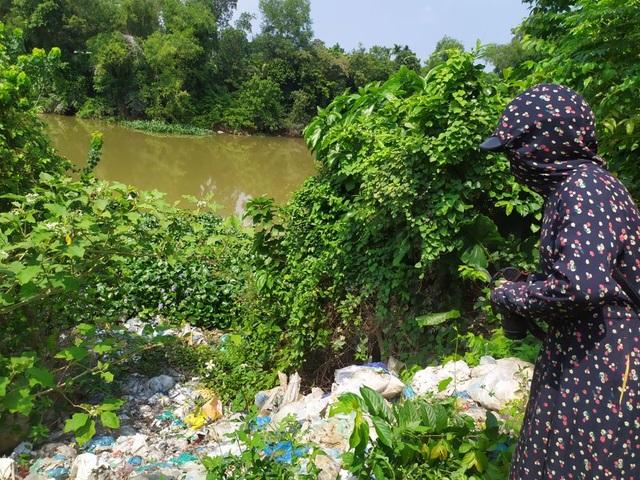 Rác thải phủ kín cả một khu vực sông.