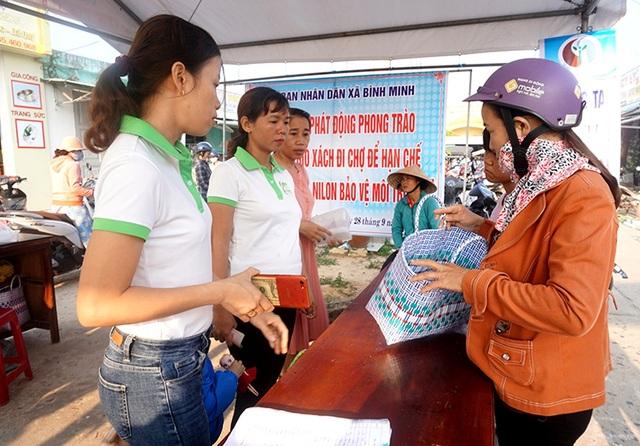 Phụ nữ Quảng Nam xách giỏ đi chợ, nói không với rác thải nhựa