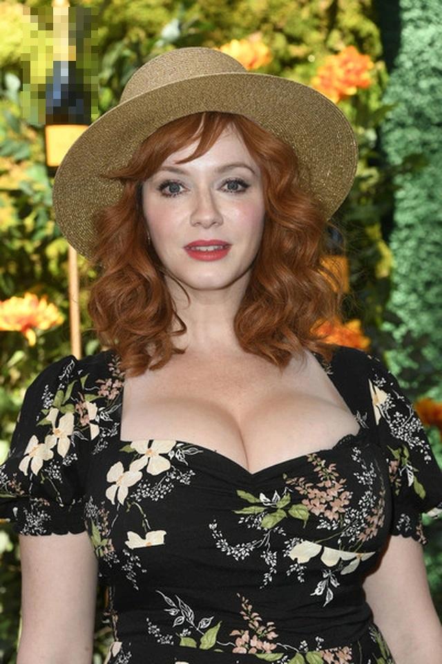 Christina Hendricks diện váy gợi cảm khoe ngực khủng - 1