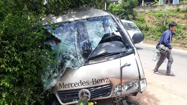Xe ô tô gây tai nạn liên hoàn, 3 người bị thương - 1
