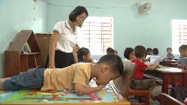 Giấc mơ được đến trường của cậu bé 7 tuổi liệt tứ chi, tập viết bằng miệng - 11