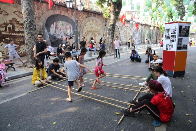 Phụ nữ Hà Thành mặc áo dài, nhảy dân vũ trên phố bích họa Phùng Hưng - 8