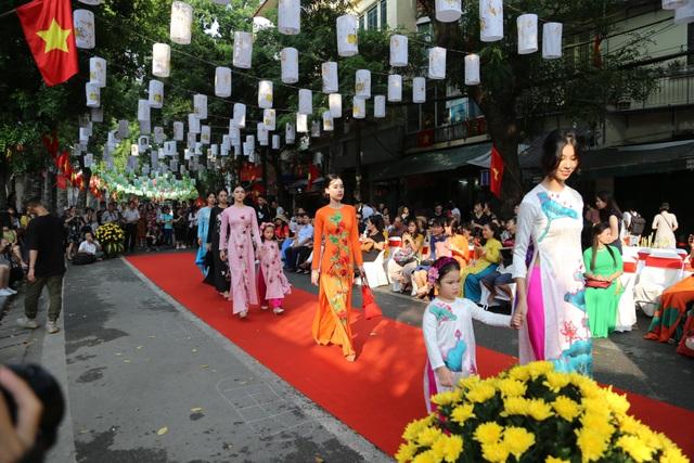 Phụ nữ Hà Thành mặc áo dài, nhảy dân vũ trên phố bích họa Phùng Hưng - 6