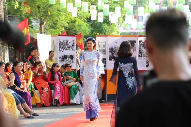 Phụ nữ Hà Thành mặc áo dài, nhảy dân vũ trên phố bích họa Phùng Hưng - 7