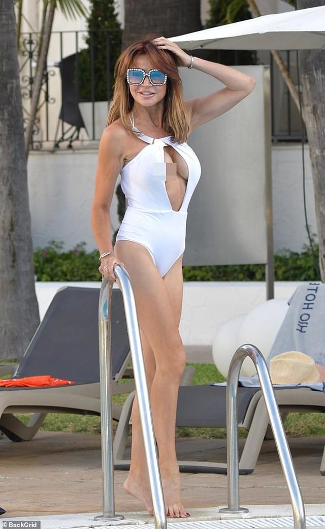 MC 50 tuổi Lizzie Cundy bị lộ hàng bên bể bơi - 1