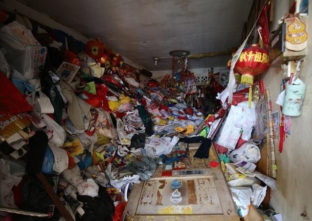 Phát hiện thi thể phân hủy của cụ ông 68 tuổi trong căn hộ ngập rác - 1