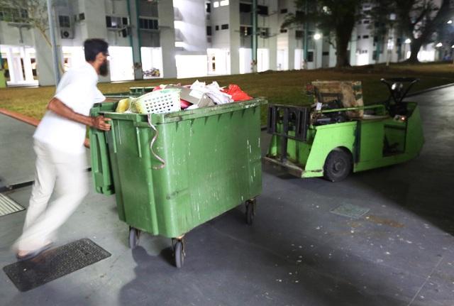 Phát hiện thi thể phân hủy của cụ ông 68 tuổi trong căn hộ ngập rác - 3