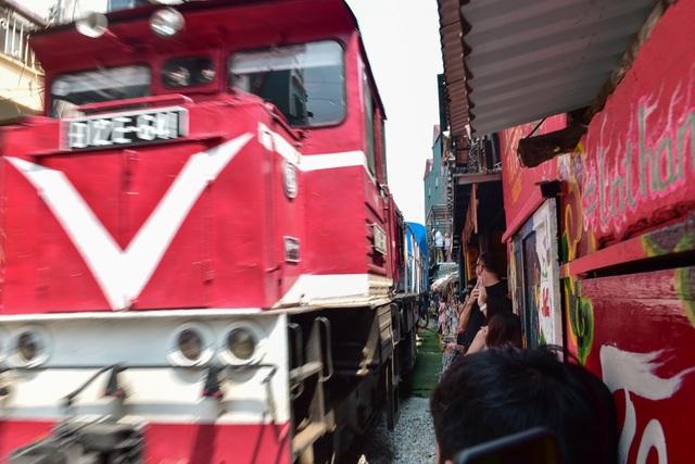 Du khách đổ xô đến phố cà phê đường tàu trước thông tin sẽ bị dẹp - 11
