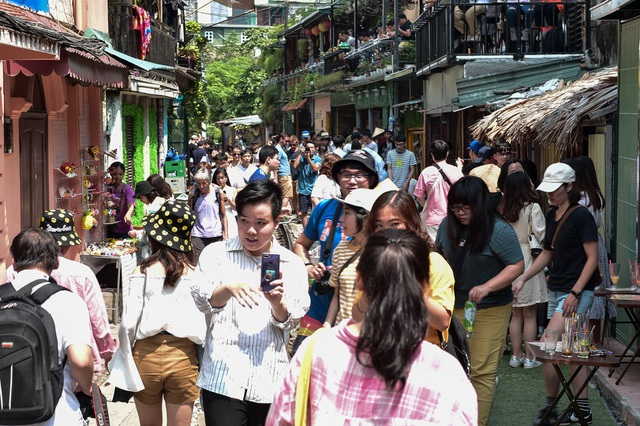 Du khách đổ xô đến phố cà phê đường tàu trước thông tin sẽ bị dẹp - 9